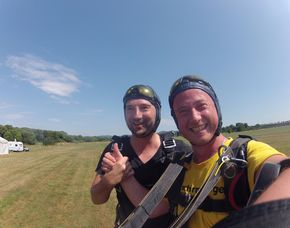 Fallschirm-Tandemsprung - 3.000-4.300 Meter Sprung aus 3.000-4.300 Metern - ca. 30-60 Sekunden freier Fall