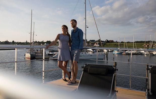 hausboot-uebernachtung-egernsund-paerchen