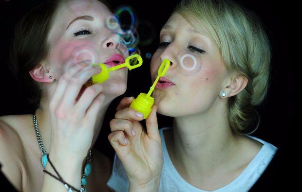 bestfriends-fotoshooting-frankfurt-am-main-seifenblasen