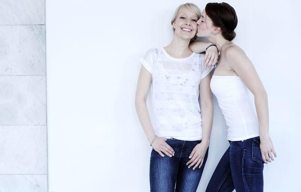 bestfriends-fotoshooting-frankfurt-am-main-wangenkuss