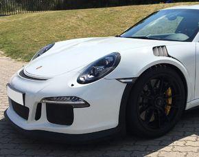 Supersportwagen auf der Straße fahren