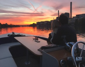 Frankfurt_Motorboot fahren & Candle-Light-Dinner Romantische Fahrt mit dem Motorboot & Candle-Light-Dinner