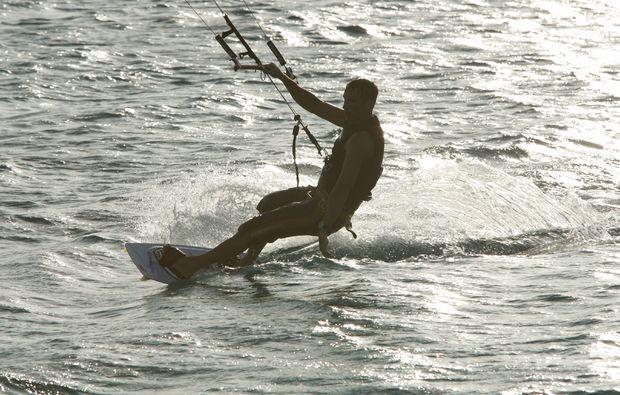 kitesurf-schnupperkurs-schwedeneck-surendorf-surfen