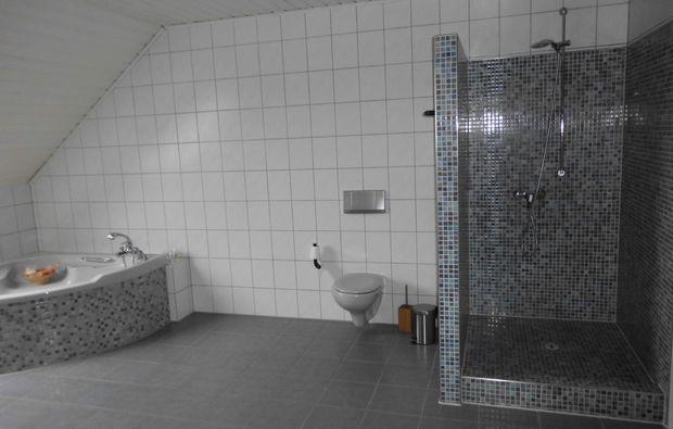 hot-stone-massage-kalkar-niedermoermter-dusche