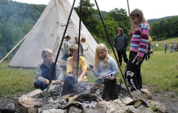 familien-tipi-uebernachtung-oberaurach-feuerstelle