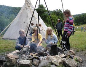 Familien Abenteuer im Tipi - Abendessen am Lagerfeuer