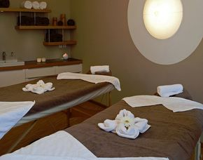 Romance-Wellness für Paare München-Pasing Peelingmassage, Ganzkörperölmassage, Kräuterpackung, Fußbad