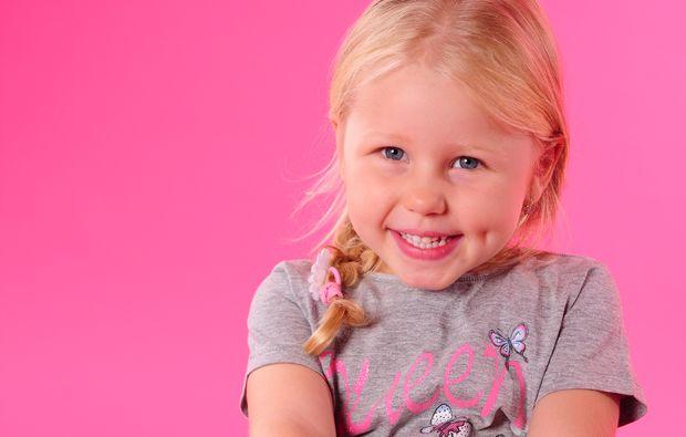 familien-fotoshooting-leipzig-kleines-maedchen