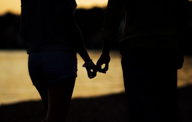 partner-fotoshooting-gelsenkirchen-fingerchen-halten