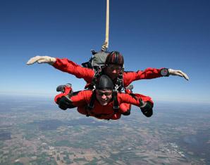 Bild Fallschirmspringen - Tandemsprung oder Kurs: Fallschirmspringen als unvergessliches Geschenk