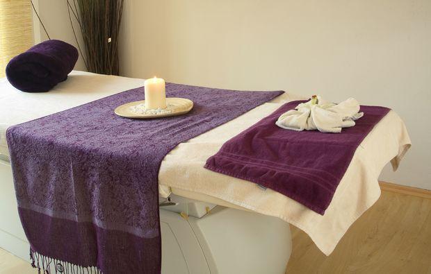 wellnesstag-fuer-zwei-muenchen-massagetisch