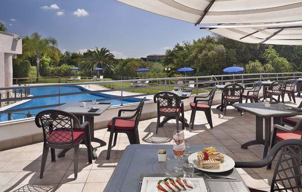kurzurlaub-rom-pool-terrasse