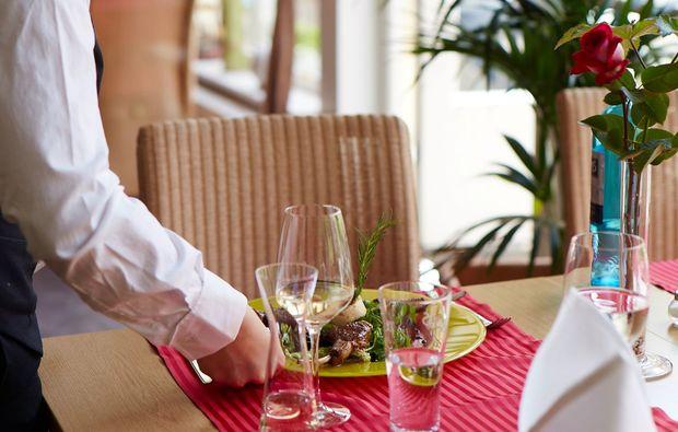 candle-light-dinner-fuer-zwei-goessweinstein-kellner