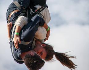 Tandem Bungee Jumping - mit Video von einem 100 Meter hohen Kran an einer Feststation