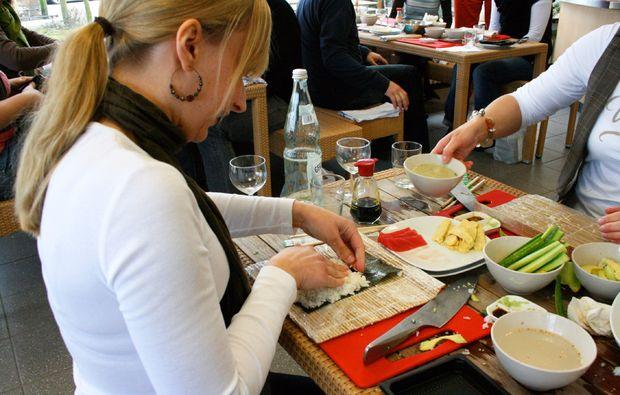 sushi-kochkurs-meerbusch-rollen