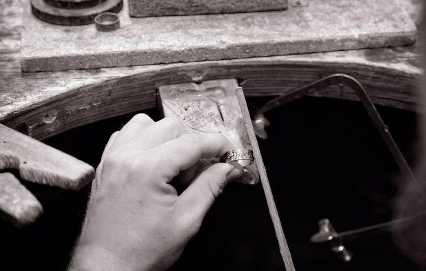 trauringe-selber-schmieden-fuer-zwei-eisenach-schmiedekurs