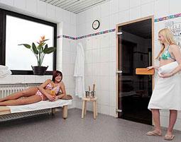 kraeuterstempel-massage-Sauna