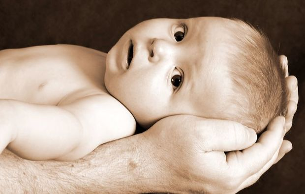 familien-fotoshooting-bernsbach-baby-in-hand