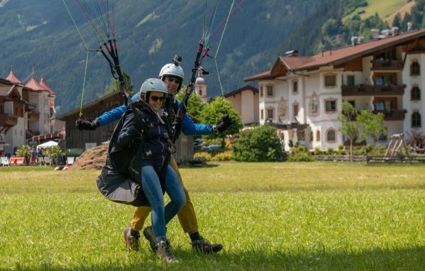 gleitschirm-tandemflug-neustift-im-stubaital-landung