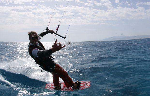 kitesurf-kurs-schubystrand-damp-surfen