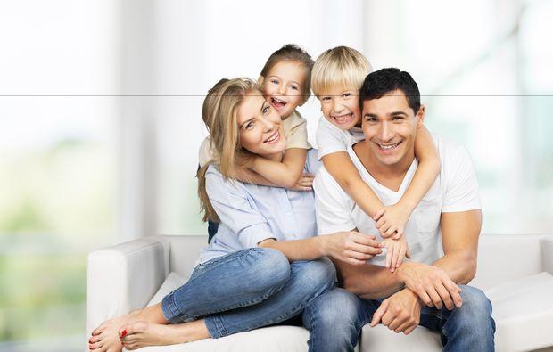 familien-fotoshooting-friedrichsruhe-umarmung
