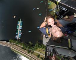 Tandem-Bungee Jumping über Wasser von einem 50 Meter hohen Kran am Strandbad Schwarzachtalsee