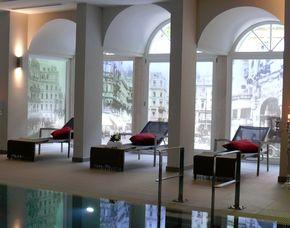 Romance-Wellness für Paare Tageskarte Badhaus, Fußbad, Kräuterstempelmassage, Glas Prosecco