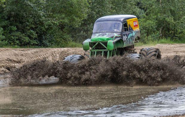 monster-truck-fahren-fuerstenau-schlamm