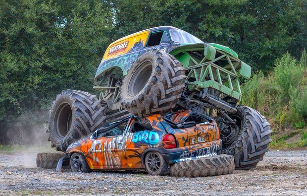 monster-truck-fahren-fuerstenau-ueberfahren