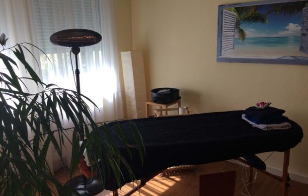 hot-stone-massage-fellbach-massageliege