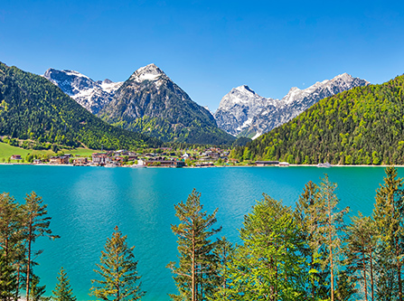 Pertisau am Achensee mit Bergpanorama