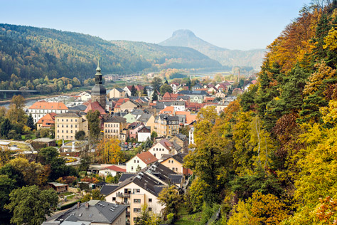 Bad Schandau mit Elbsandsteingebirge im Hintergrund