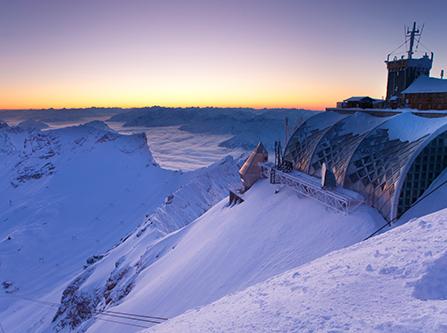 Bergstation der Zugspitze im Winter bei Sonnenaufgang
