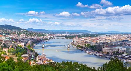 Donau in Budapest und blauer Himmel