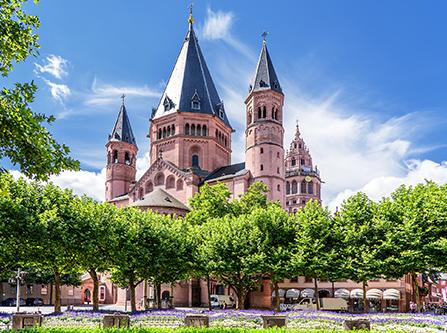 Mainzer Dom mit Bäumen davor