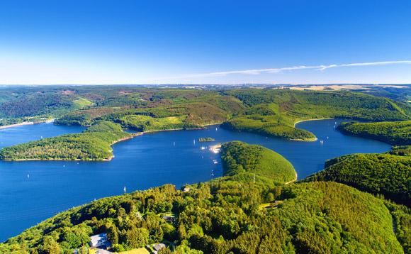 Rursee in der Eifel mit Segelbooten