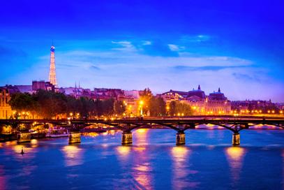 Eiffelturm und Seine in Paris bei Nacht