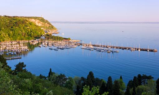 Der atemberaubende Blick auf den Hafen von dem Wanderweg oberhalb des Gardasees