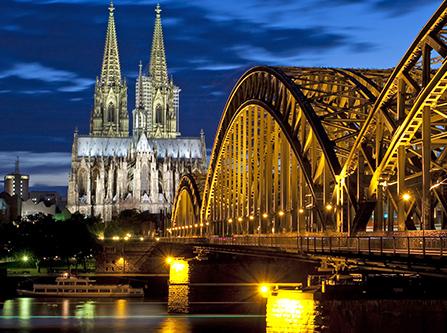 Kölner Dom und Rhein bei Nacht
