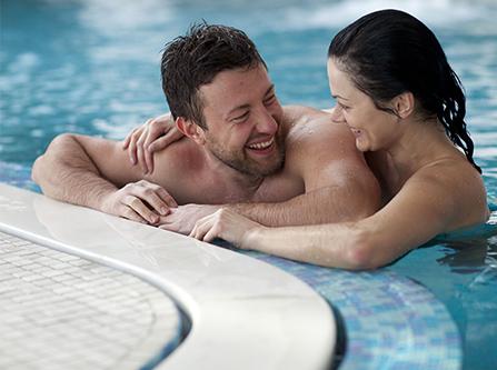 Paar in Thermalwasserbecken