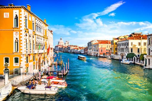 Canal Grande in Venedig mit bunten Häusern auf beiden Seiten