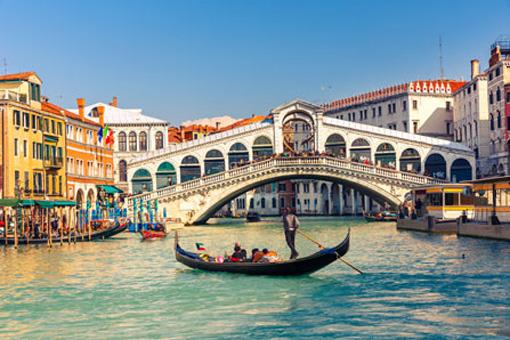 Canal Grande in Venedig mit einer Gondel und der Rialtobrücke