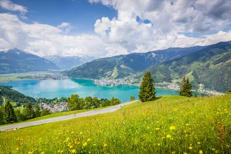 Malerische Landschaft mit Bergen in Zell am See im Sommer