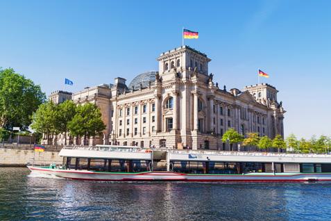 Schiff auf der Spree vor dem Berliner Reichstagsgebäude