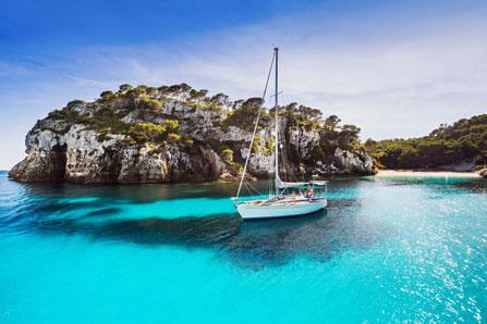 Segelboot in einer Bucht von Mallorca